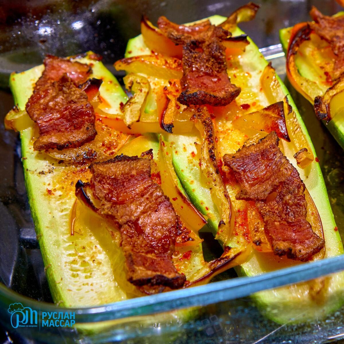 You are currently viewing Кабачки в духовке с беконом и сладким перцем.