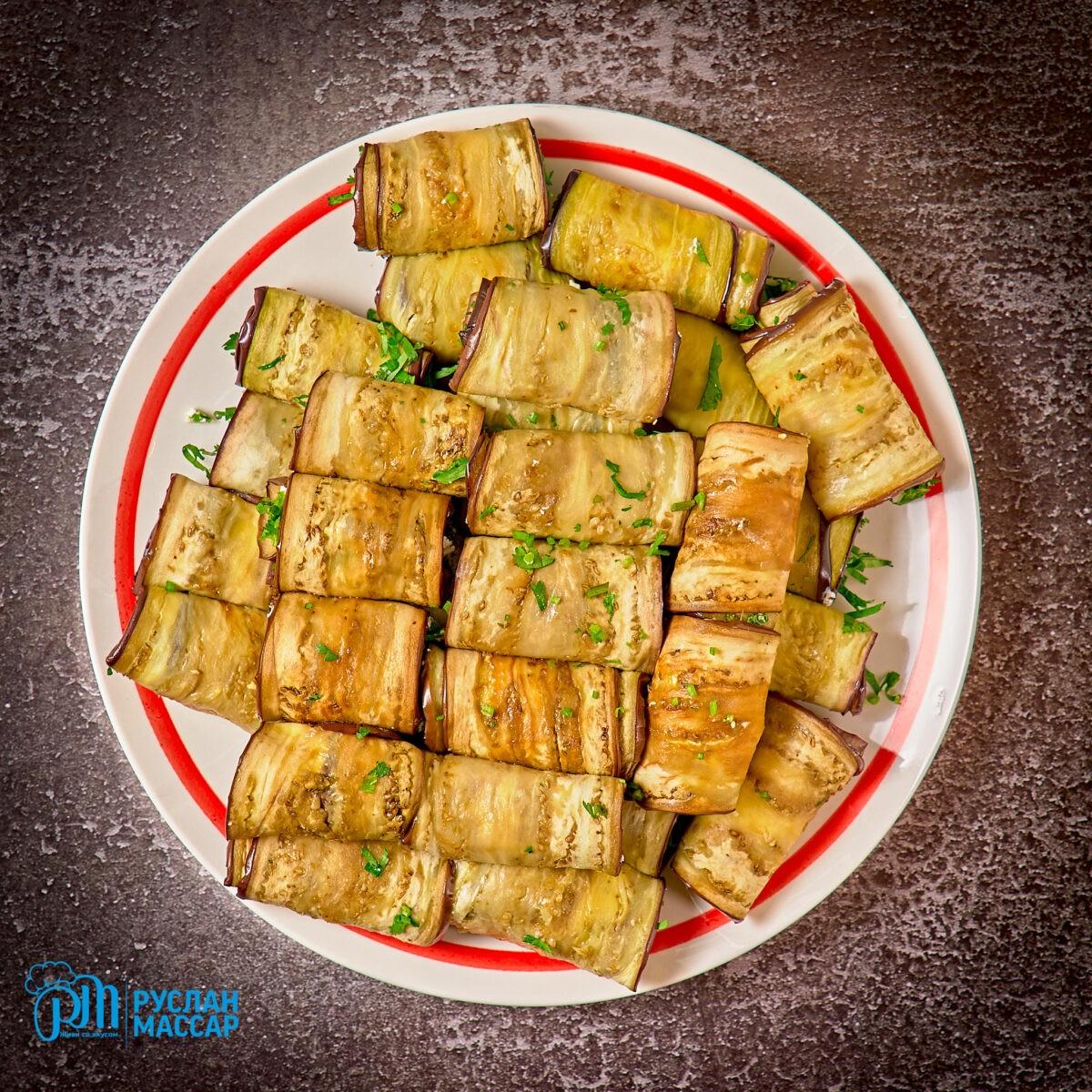 You are currently viewing Рулетики из баклажанов с творожным сыром и зеленью.